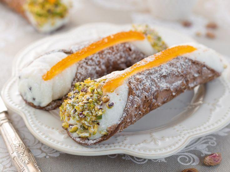 I cannoli siciliani sono l'emblema della pasticceria italiana, dolci fritti croccanti e golosi. Ci insegna come prepararli una siciliana doc!