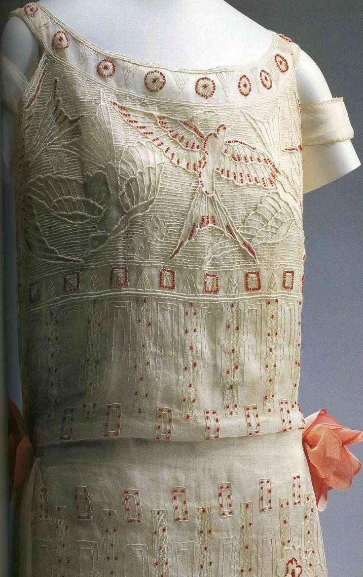 Дневное платье. Поль Пуаре, около 1923. Белый лен с вышивкой белыми нитями и красным бисером, узор в виде птиц и цветов, украшение на корсаже.