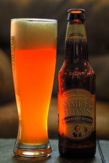 Cerveja Samuel Adams Blackberry Witbier, estilo Fruit Beer, produzida por Boston Beer Company, Estados Unidos. 5.5% ABV de álcool.