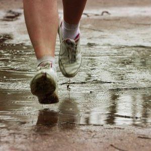#Correr #Bajo la #Lluvia No lo hago muy seguido ,pero a veces ,el tiempo te toma por sorpresa algunos consejos para tener en cuenta si te sorprende la lluvia Fuente : Consejos para correr con lluvia