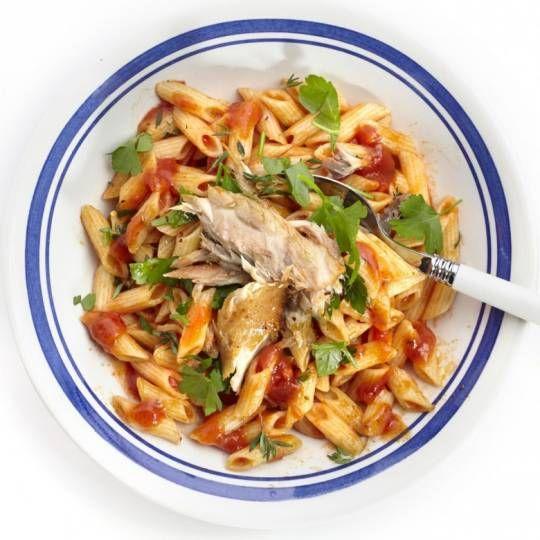 Recept - Pittige pasta met tomatensaus en makreel - Boodschappenmagazine