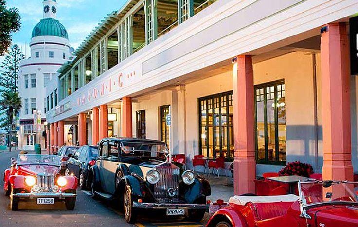 Улицы Нейпира со зданиями, выкрашенными в пастельные тона, популярные в эпоху ар-деко (кстати муниципалитет субсидирует стоимость краски, чтобы сохранить историческую ценность города!), заслуживают внимания режиссеров Голливуда.| Рассказ о достопримечательностях Нейпира.| Ahipara Luxury Travel New Zealand #новаязеландия #нейпир #достопримечательности #экскурсия #тур #гид #отдых #отпуск #архитектура #история