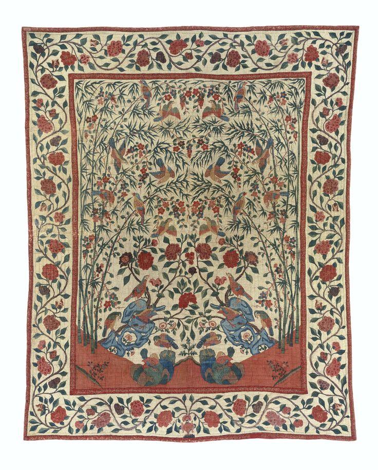 Sprei van sits, gewatteerd en doorgestikt en versierd met vogels op rotsen waaruit bloeiende planten groeien. Rand met golvende takken en bloemen. Gevoerd met rode katoen, ca. 1750 - ca. 1775