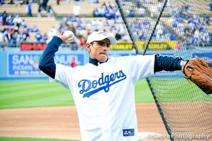 Boxers Marquez and Mares throw first pitch at Dodger game.