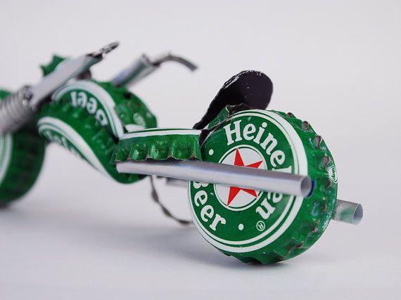 Das hier ist nicht das Fahrrad werden Sie Git, thisn nur ein Modell. Uns Redneks werden Yer Bike wie thatn zu machen, geben Sie uns ein verlängern zwei. Yer Pappy werden es lieben!    Hergestellt aus Bier Kappen n Dosen... Cept Fer sie Bits Draht. Robuste.  Bout eine Ratte Schwanz lang und hoch zwei Eicheln (4,5 x 1.5).