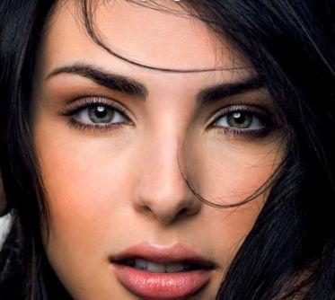 Zu dunkel gefärbten Haaren gehören auch dunkle Augenbrauen. Augenbrauenfarbe z.B. von RefectoCil. http://www.wimpernwuensche.de/refectocil.html