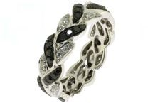 Mooi gevormde ring in 18 karaat witgoud bezet met witte en zwarte diamanten