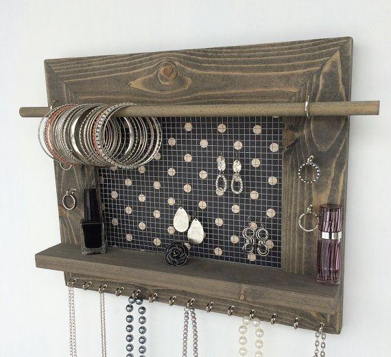 Il sagit dun organisateur de bijoux faits à la main réalisée par nos soins dans notre atelier. Il est en bois massif et dispose de treillis métallique pour tenir votre boucle doreille, 20 crochets de tenir vos bagues et colliers et une étagère pour contenir autre chose. Rassurez-vous, vous recevrez un objet de qualité qui permettra à la fonction et lattrait visuel pour les années à venir. Si vous cherchez quelque chose dautre, nous avons beaucoup de différents styles et de conceptions à…