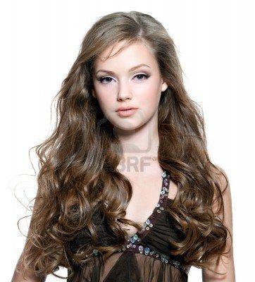 Ritratto di una bella donna con i capelli lunghi Ricci Archivio Fotografico - 8214183