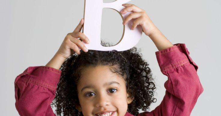 """Cómo enseñar la letra """"B"""" a los niños de jardín de infantes. Aunque la mayoría de los niños que llegan al jardín de infantes ya conoce las letras del alfabeto, siempre es bueno practicarlas de nuevo, así como discutir los sonidos que hace cada letra. La """"b"""" es a menudo uno de los primeros sonidos que un niño hace. Además, con su forma característica, es una de las más divertidas para escribir. Al enseñar a ..."""