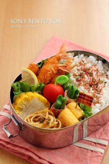 ・エビフライ ・いんげんベーコン巻き ・玉子焼き ・ミートスパゲティ ・とうもろこし ・ミニトマト