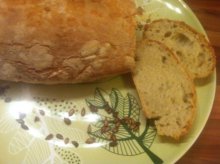 Jednoduchý domácí chléb, kvůli kterému si nemusíte kupovat elektrickou pekárnu a u jehož výroby se nenadřete. Navíc je zcela vhodný pro vegany.