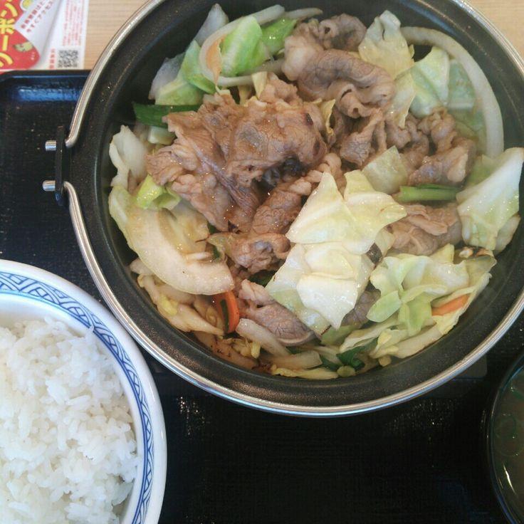 昼食は吉野家の「牛バラ野菜焼き大盛」 アツアツで美味しかった…!! 熱いまま食べていたら、それを見た女性店員さんはすぐにお水を出してくれました。無くなるとすぐに何度も…!!  ヽ(^○^)ノ