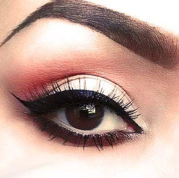 z Dzienny makijaż odrobiną brzoskwini i kreską idealną