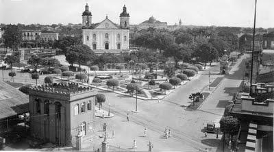A avenida Eduardo Ribeiro que inicia-se no Centro, no Porto de Manaus e na Praça da Matriz, cruza com a Avenida 7 de Setembro, atravessa as ruas Rua 24 de Maio e 10 de Julho e passa o Palácio da Justiça