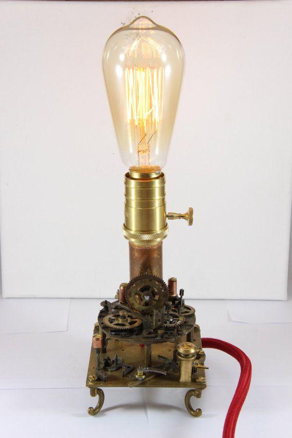 Lampada di Edison in stile Steampunk realizzata a mano. Pezzi e ingranaggi antichi dal 1870-1930. Interruttore al portalampada e filo elettrico ricoperto in seta rossa. Veramente unica.