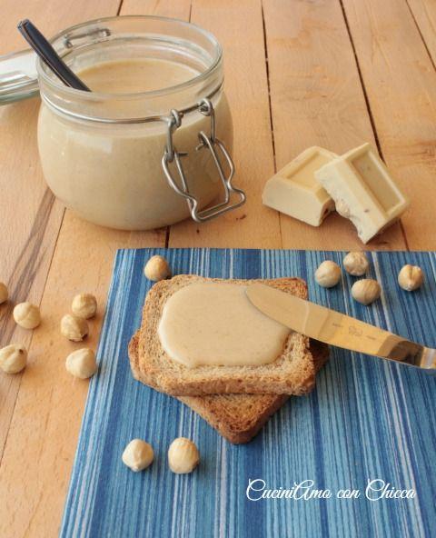 La preparazione della Nutella bianca Bimby ricetta fatta in casa è abbastanza semplice. Con pochi ingredienti possiamo ottenere una crema spalmabile al cioccolato bianco simile alla Nutella. Ecco qui sotto elencati gli ingredienti che ci servono: 200g di cioccolato bianco 100g di zucchero bianco 100g di nocciole tostate 50 g di olio di semi 100g …