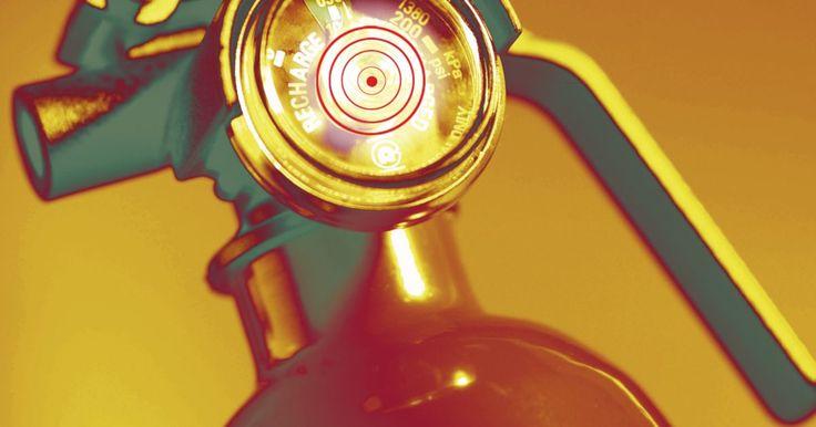 Composição química do extintor de incêndio. Diferentes tipos de extintores de incêndio usam vários produtos químicos, que variam na forma de como eles são eficazes para determinados tipos de incêndios, como incêndios elétricos ou de graxa. Alguns extintores não são apenas ineficazes contra determinados tipos de incêndios, mas, realmente, podem agravar os mesmos e fazer com que o incêndio ...