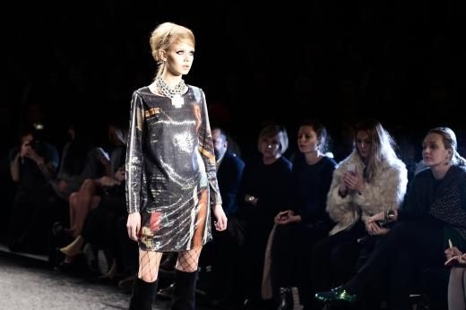 Kurze, bedruckte Kleider wurden zu Netzstrümpfen und Stiefeln kombiniert.