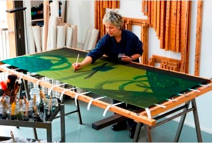 Kima Guitart has painting on silk since 1971. Her work is the result of the fusion of Eastern technical precision and the colors and Mediterranean stroke. This subtile combination has enabled her to create her own language that she explores in several different fields. #silk #art #alpha #artisan #profile #kimaguitart