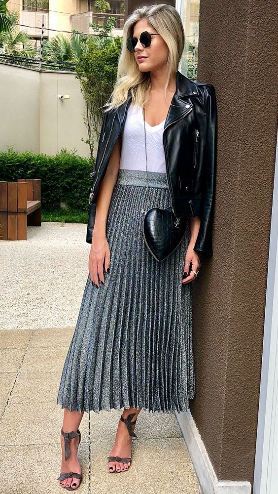 57be39d8c Lala Rudge, jaqueta de couro, blusa branca, saia midi plissada, cinza  metalizada, bolsa de corrente com formato de coração, sandália de duas tiras