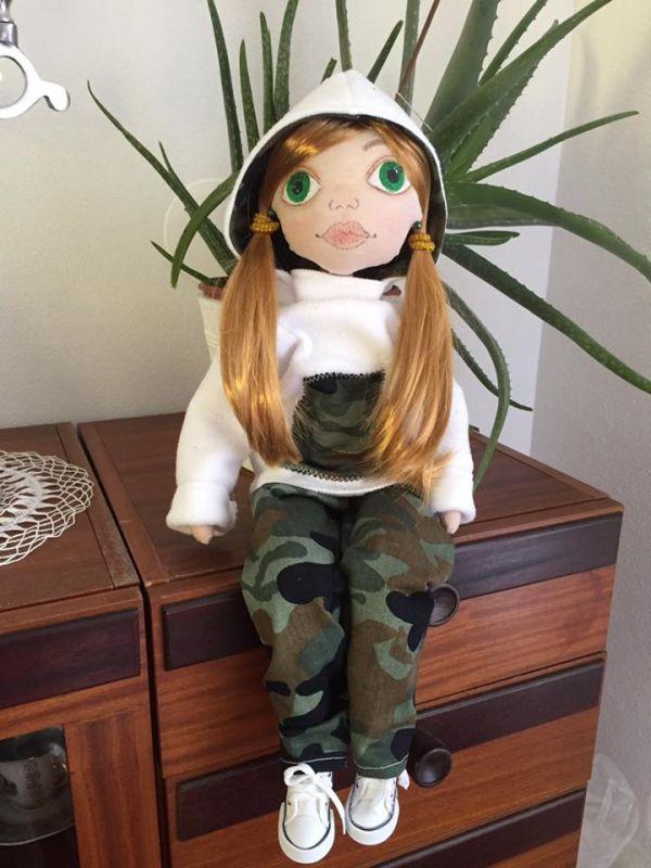 Barborka je textilná bábika ušitá podľa vlastného návrhu zo 100% bavlny plnená dutým vláknom. Oblečenú má flísovú mikinku s..