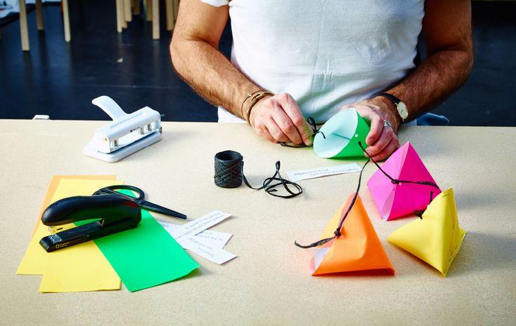 Maak zelf kleurrijke papieren 'fortune cookies': vouw het papier, niet het samen en bind het 'koekje' toe met touw.