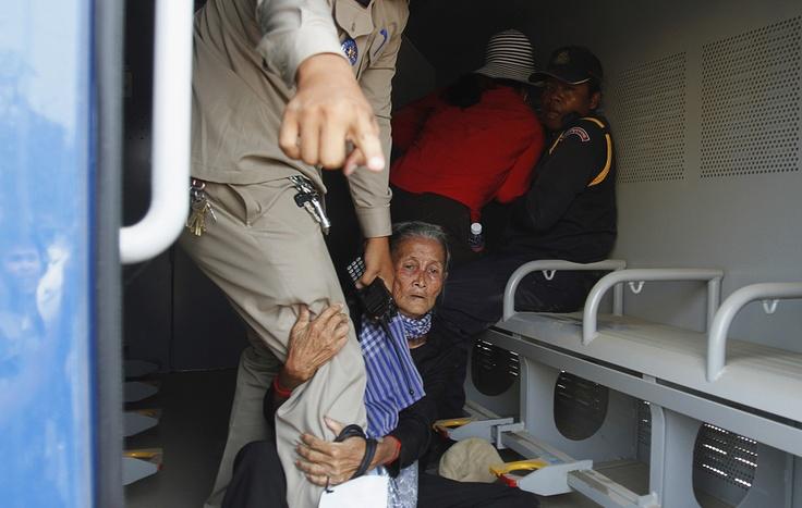 L'arresto dei residenti della comunità di Boeung Kak in Cambogia, espropriati delle loro terre per la costruzione di nuovi edifici. (S. Pring, Reuters/Contrasto)