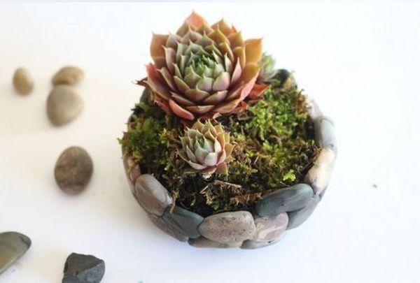 Ghivece decorate cu pietre de rau, dar nu numai. Idei DIY Daca vrei sa iesi in evidenta cu obiecte decorative inedite, o poti face cu unele realizate din pietre de rau. Idei creative de tip DIY http://ideipentrucasa.ro/ghivece-decorate-cu-pietre-de-rau-dar-nu-numai-idei-diy/
