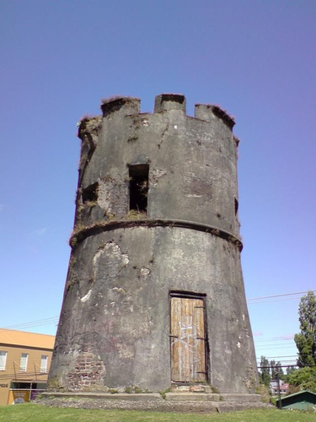 Torreón de los Canelos, Valdivia, Chile. The Torreón Los Canelos is a historical monument located in the city of Valdivia, Los Ríos Region, Chile. It was designed in 1678 by engineer John Garland as part of a network of defense infrastructure to counter attack Indians in Valdivia.