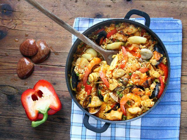 PAELLA ALLA VALENCIANA 1/5 - Una ricetta imperdibile: la paella alla Valenciana unisce in modo impeccabile il gusto deciso del pesce e il sapore leggero e raffinato della carne di pollo. Un solo assaggio e vi ritroverete avvolti nei profumi e nei colori della Spagna più bella.