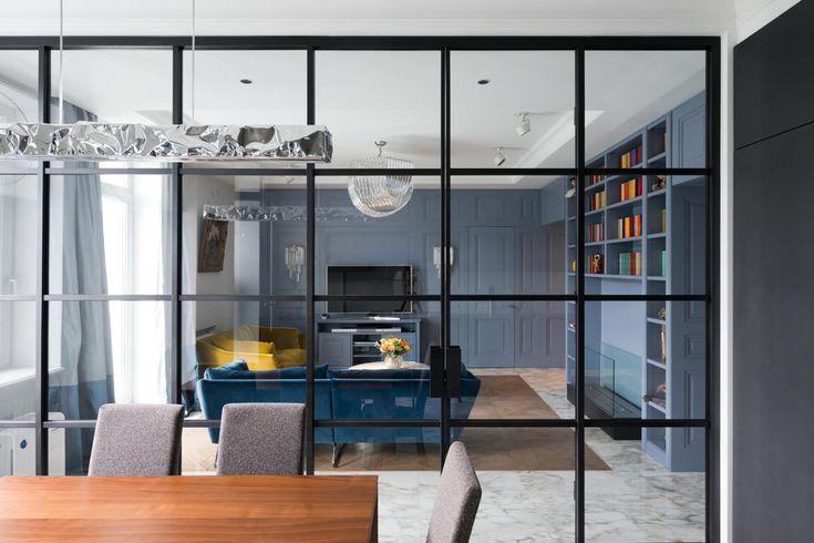 Все двери, шкафы, настенные панели созданы с классическими филёнками по эскизам архитекторов. Для контраста в гостиной и спальне появились брутальные стеклянные перегородки в чёрном металлическом обрамлении.