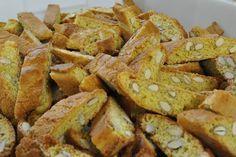 Detti anche 'cantuccini' e 'biscotti di Prato', i cantucci sono in genere serviti con il vin santo. Ecco come si preparano.
