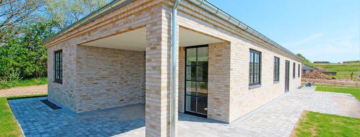 Slangerup, Stensbjergvej 21 - Lind og Risør  Moderne familievilla på 164 m². Placeringen af køkken/alrum giver mulighed for at følge med i aktiviteter - både på indgangs- og havesiden. Huset indeholder forældreafdeling med badeværelse med hjørnebadekar og udgang til den overdækkede terrasse.  Separat børneafdeling med 2 regulære værelser og eget badeværelse.  Bryggers med dør placeret i gavl således at indgang kan ske direkte fra indkørsel.  Overdækket terrasse bygget ind i huskroppens…