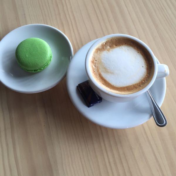 Shoopi - Descubre tu ciudad - Café cortado con macarons - $2450 - Butterfly Coffee