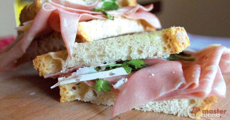 Scopri la ricetta: panino con mortadella, provola di bufala e capperi. Ingredienti: Baguette, Mortadella, Provola misto bufala affumicata, Melanzane, Capperi.