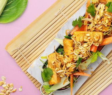 Njut av asiatiska favoriter i en fräsch och smakrik sallad. Med honung, soja, sesam och risvinsvinäger banar du vägen för en härlig smakresa till varmare breddgrader. Toppa med rostade cashewnötter, tofu, groddar och färsk koriander.