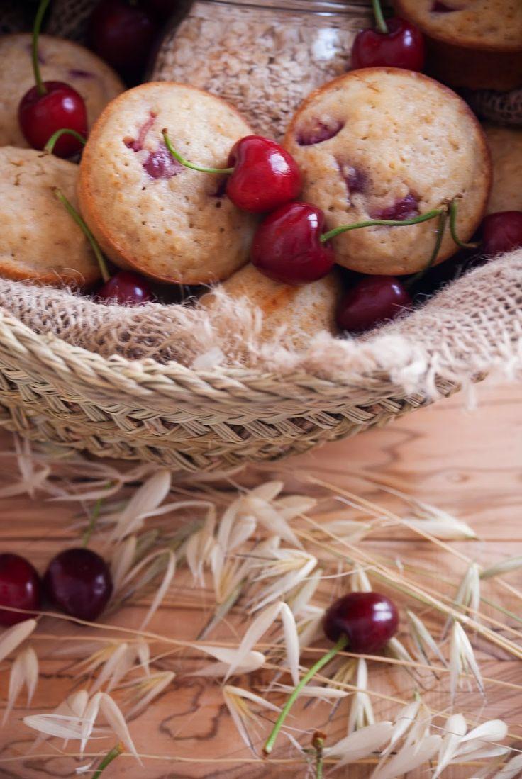 La asaltante de dulces: Receta de muffins de avena, cerezas y cardamomo/ Oatmeal, cherries & cardamom muffins recipe. Enjoy it!