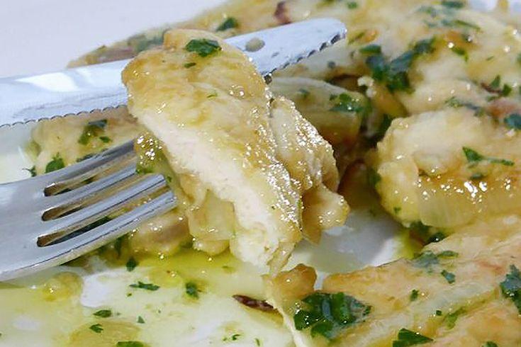 Le scaloppine di pollo al limone sono golose e veloci da preparare, in pochi minuti possono risolvere i dubbi di una cena.