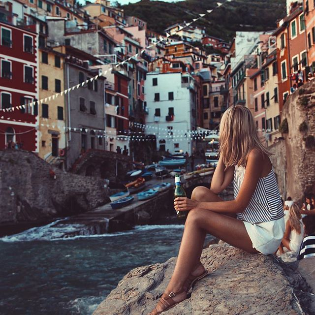 Of the five towns of Cinque Terre, Riomaggiore has stayed with me as my favourite. I first visited by myself when I was 21, trying to recover from a heartbreak. I made some friends at the hostel, hiked between each town, ate endless pesto pizza and ended each day with a beer in hand while watching the sun set over the ocean from this spot. I can't wait to introduce my parents to this place that has meant so much to me. ✨⛵️ #tuulatravels