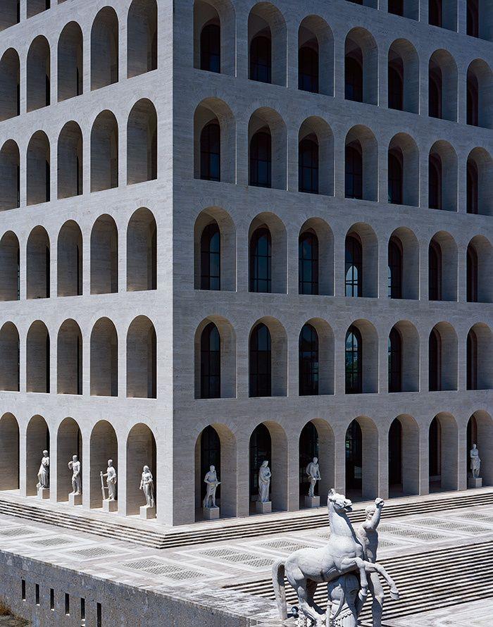 Construit à la fin des années 1930, le Colosseo Quadrato devient le nouveau siège de la maison Fendi. Visite privée de ce bâtiment mythique d'EUR, quartier visionnaire de Rome © Hélène Binet