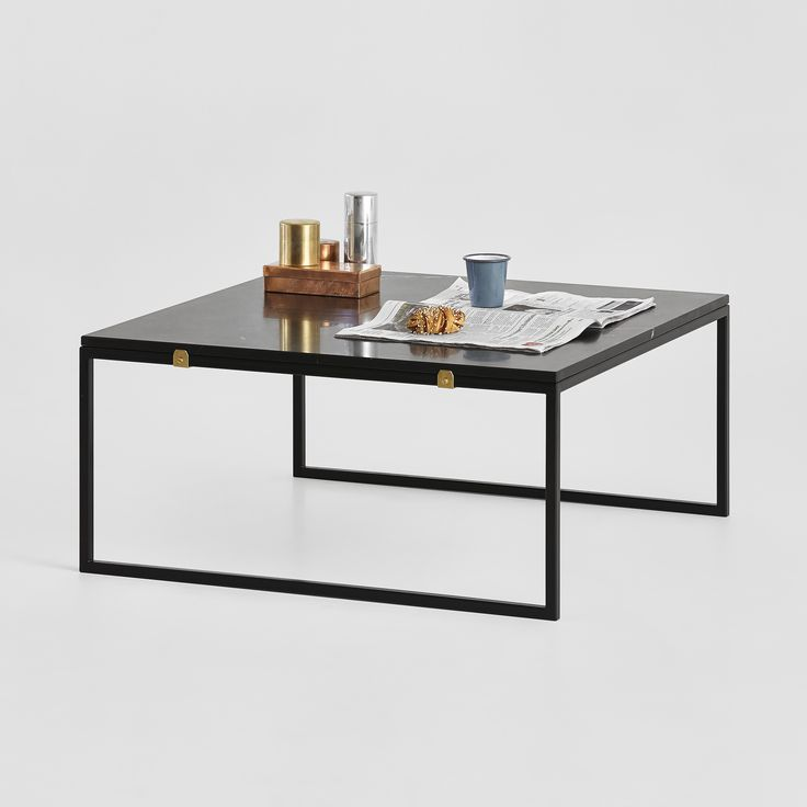 Stort kvadratiskt soffbord med plats för många böcker och tidningar eller blommor och piff.  Du väjer själv om du vill ha grön, vit eller svart marmor eller glas som bordsskiva. Samt om du vill ha vita eller svarta ben.  Detta soffbord i måtten 90×90 cm hittar duhär.
