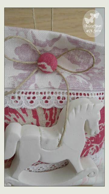 Il mio cottage: Cavallino in gesso, farfalle e watermark. . . !