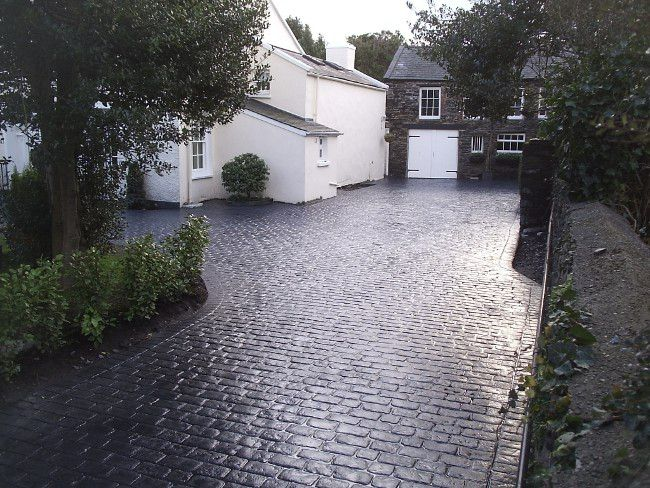 Cheshire Cobble Driveway Coloured in Charcoal