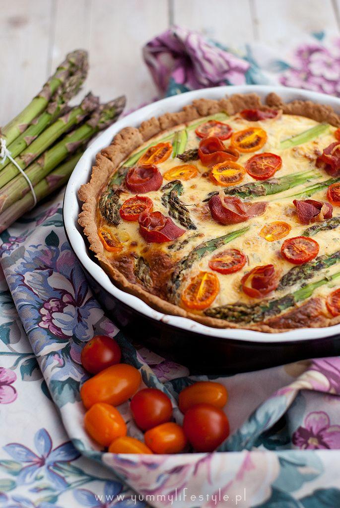 Quiche ze szparagami i szynką parmeńską. / Quiche with asparagus, parma ham and cherry tomatoes.