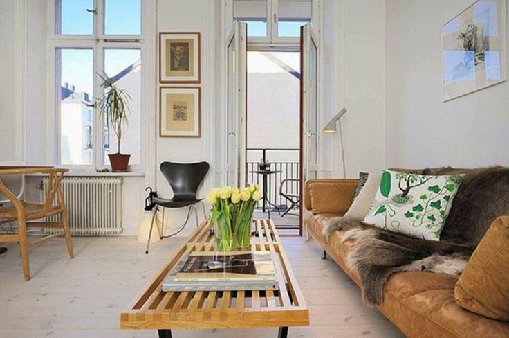 salon spacieux avec canapé en cuir et table basse en bois