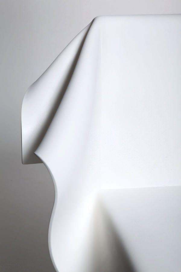 Pour les personnes connectées, j'avais partagé sur Pinterest et Facebook une création étonnante, une chaise baptisée Toga toute en légèreté.  Suite à mon enquête et discussion avec sa créatrice, Reut Rosenberg, jeune femme designer en provenance directe d'Israël nous présente plus en détails cette chaise originale.  Inspirée par le vent, le mouvement, elle s'oriente vert le tissu drapé pour en reprendre sa posture le tout transposé en une feuille de PVC formée dans un moule.  Au premier ...