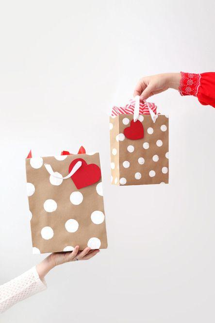 100均でも買える茶色の紙袋。表面に絵の具でちょこっとペイントを加えるだけで、一気に華やかなギフトバッグに変身させることができるんです。プレゼントが多くなる冬の季節に向けて、ぜひトライしてみてはいかがでしょうか。