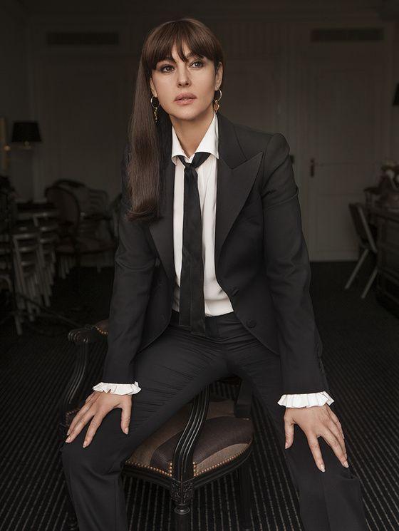 « Je savais que j'allais prendre en photo Monica Belluci dans une chambre d'hôtel. Je suis entré dans la pièce et, surprise, elle était habillée avec une tenue très masculine !  J'ai dû abandonner mon idée initiale, pour lui demander de prendre une pose d'homme, loin de l'image de mama italienne de Dolce & Gabbana qui lui colle à la peau. Elle a compris tout de suite ce que je voulais, et l'a interprété à la perfection. »