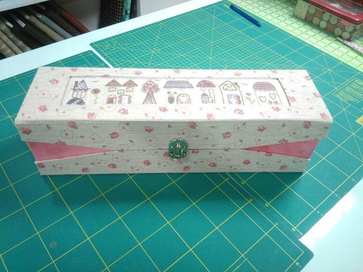 Marcelle à réalisé cette jolie boîte à aiguilles à tricoter. Fatima
